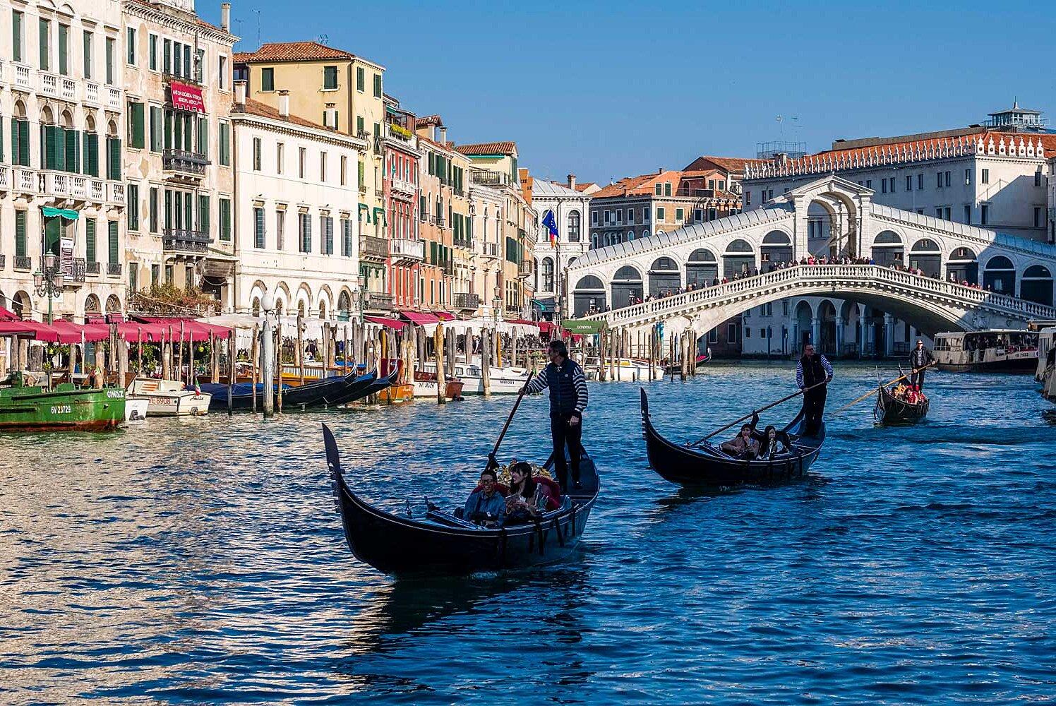 Ảnh ngồi Gondola thường ngoạn vẻ đẹp lãng mạn của Venice