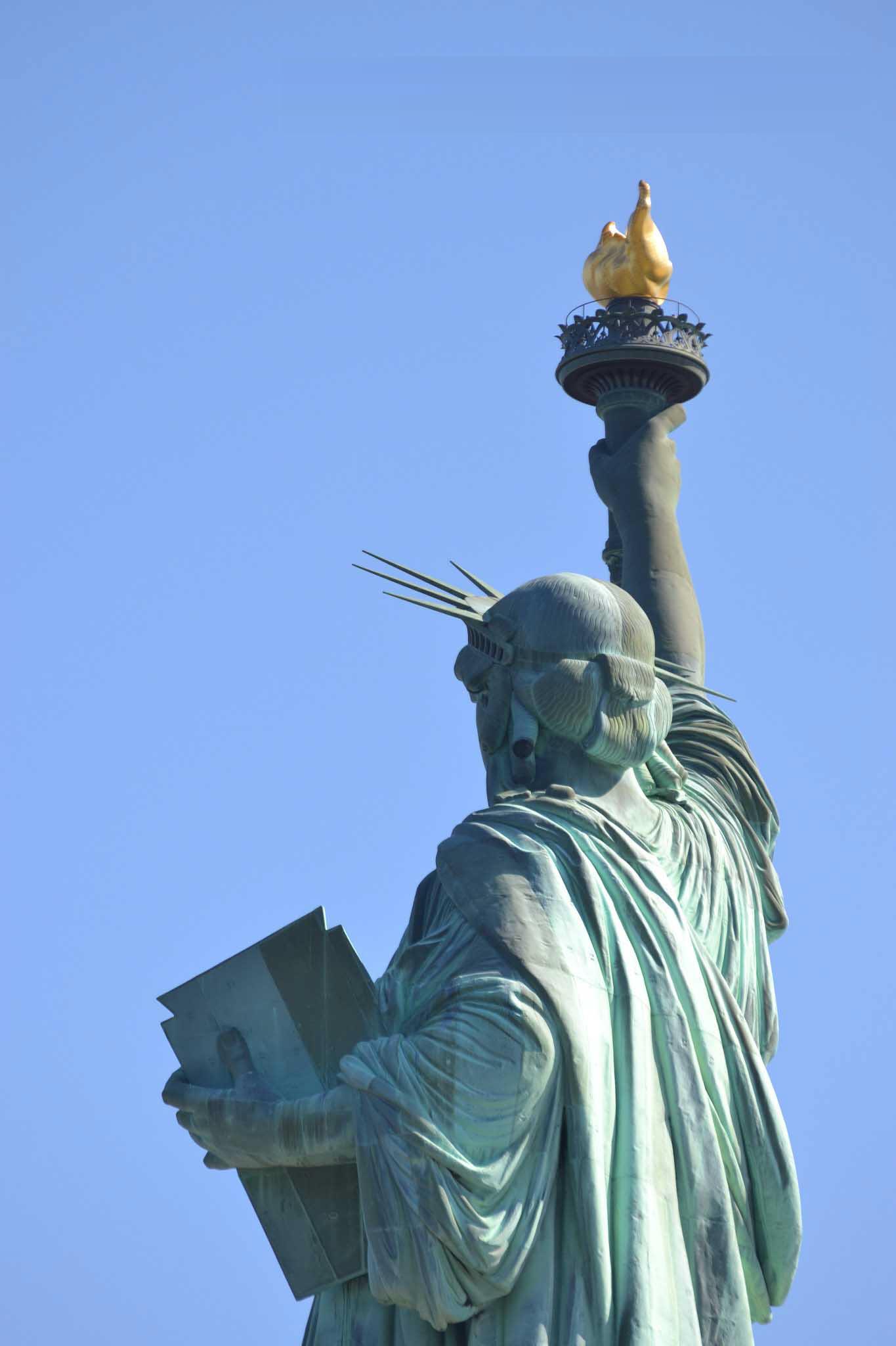Ảnh phía sau lưng tượng nữ thần tự do