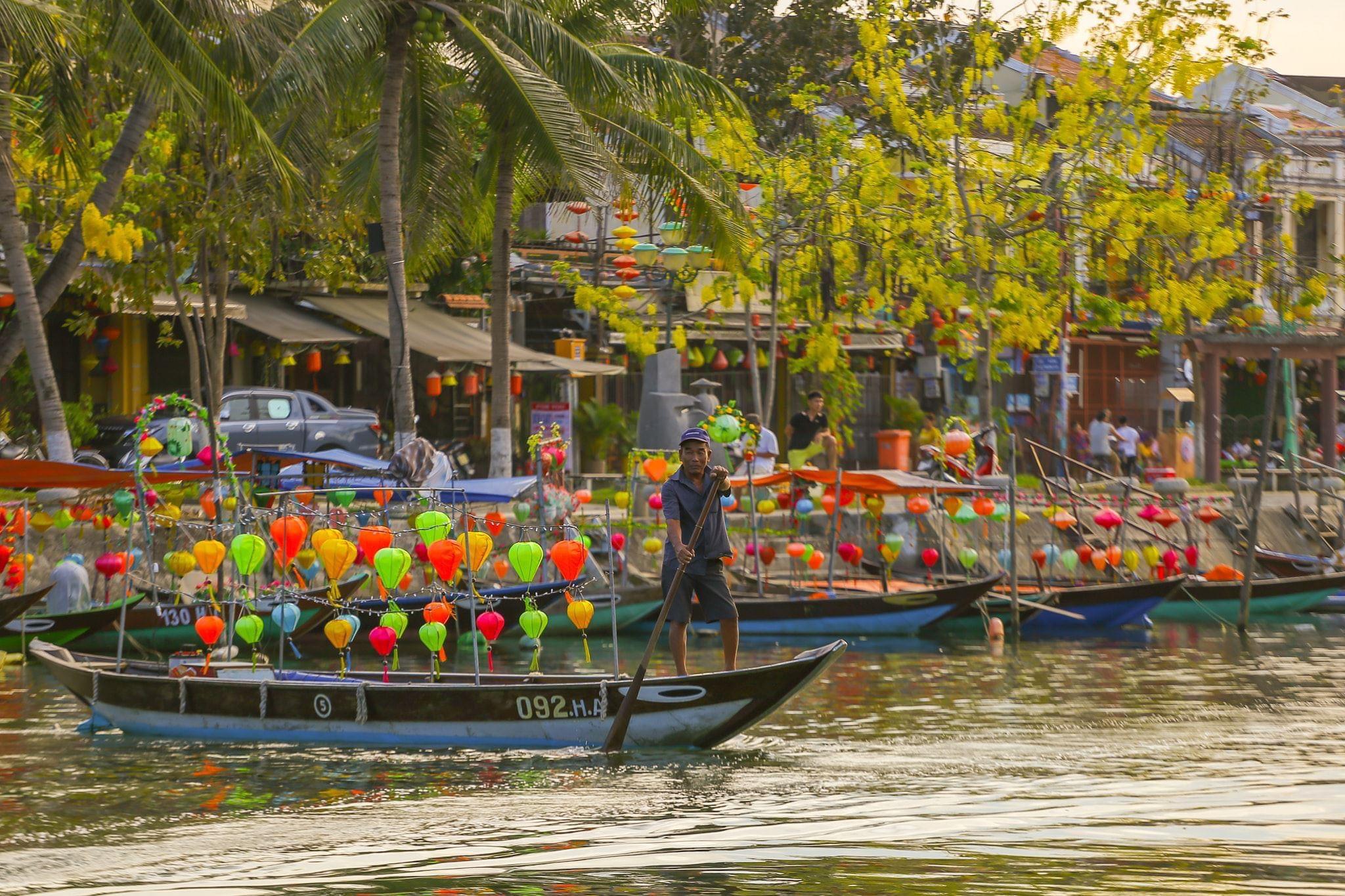 Hình ảnh những con thuyền đậu bên bờ sông Hoài