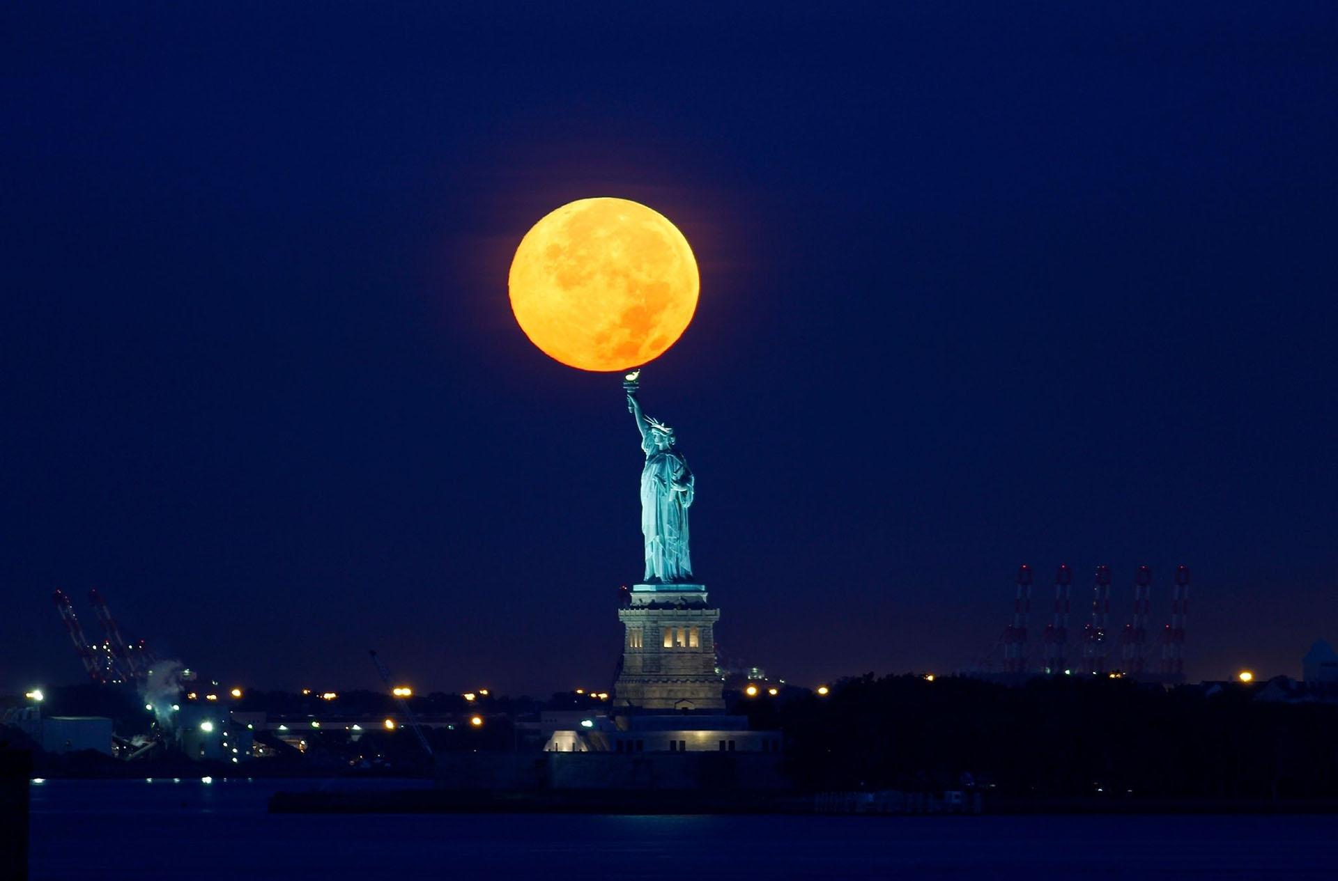 Hình ảnh siêu trăng trên bầu trời đêm New York