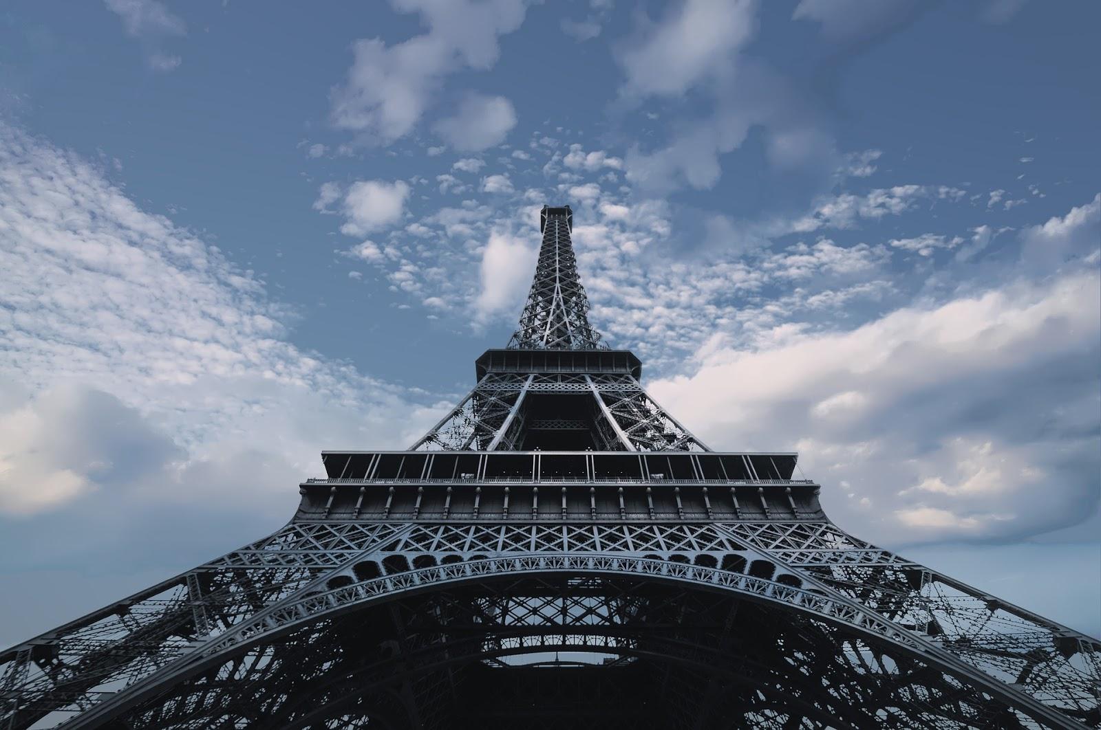 Hình ảnh tháp Eiffel góc chụp từ chân tháp nhìn lên