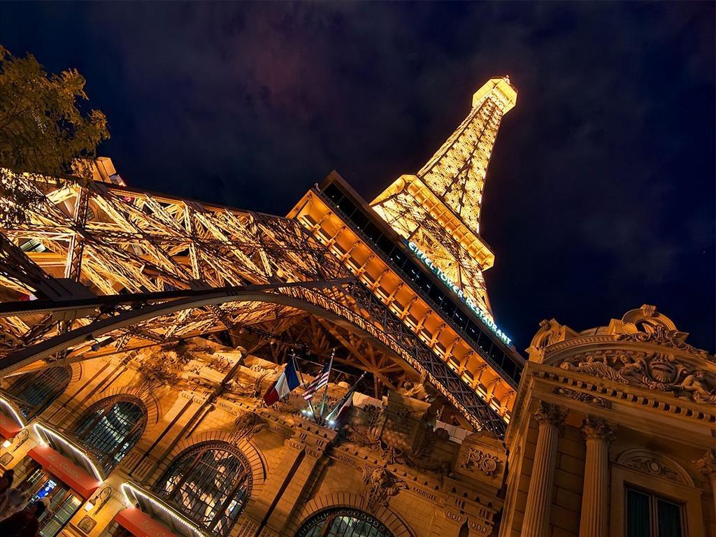 Hình ảnh tháp Eiffel lộng lẫy về đêm