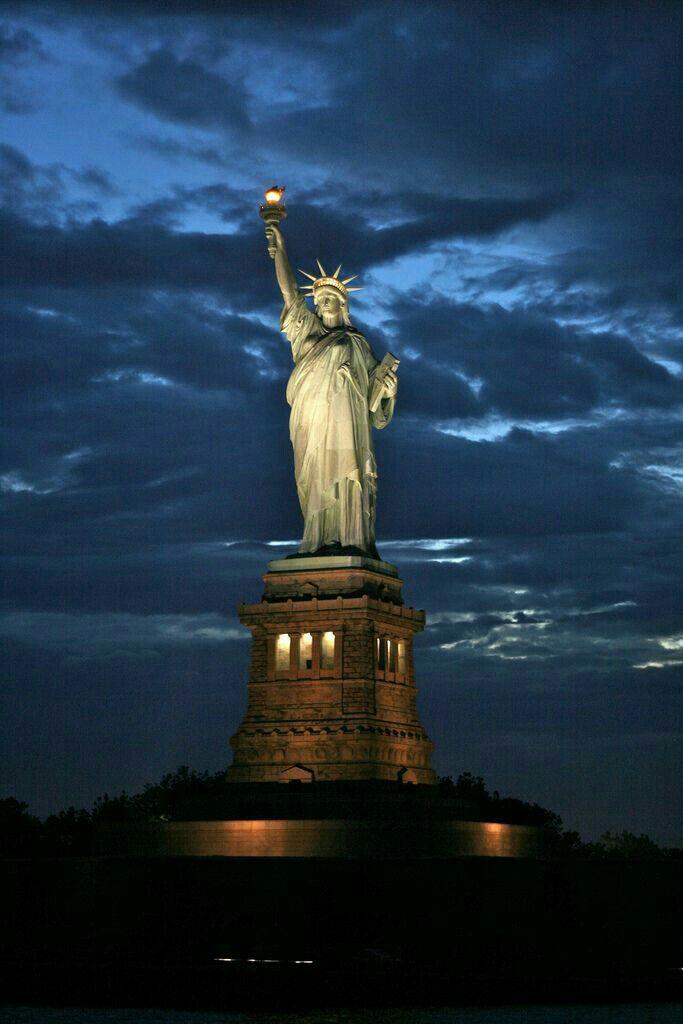 Hình ảnh tượng nữ thần tự do giữa trời đêm