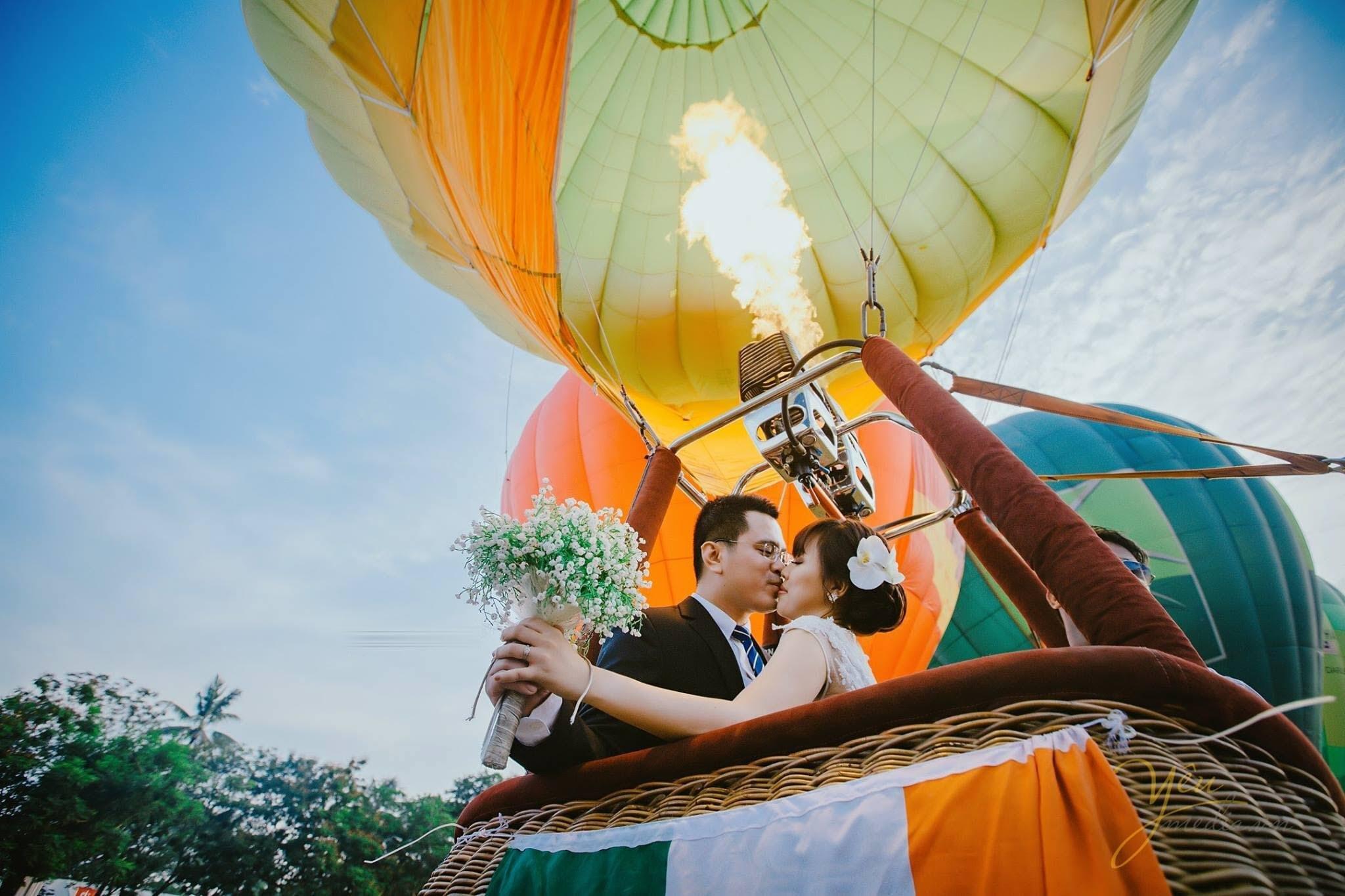 Ảnh cưới chụp hình cùng khinh khí cầu đẹp lãng mạn