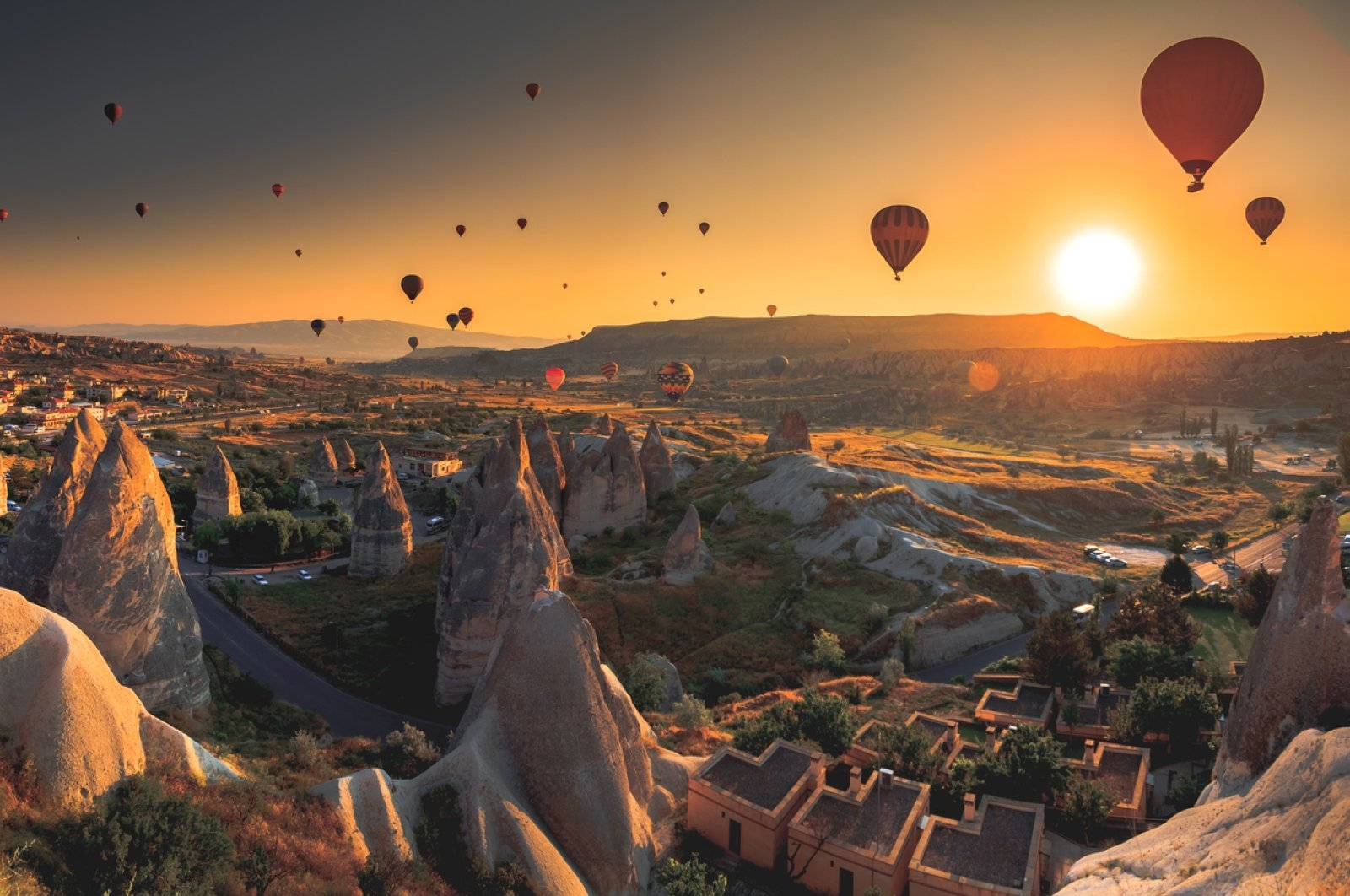Ảnh khinh khí cầu bay chiều hoàng hôn ở Cappadocia