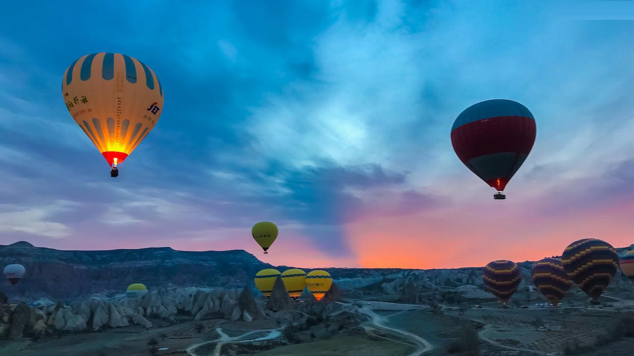 Hình ảnh bay khinh khí cầu lúc sáng sớm ở Cappadocia