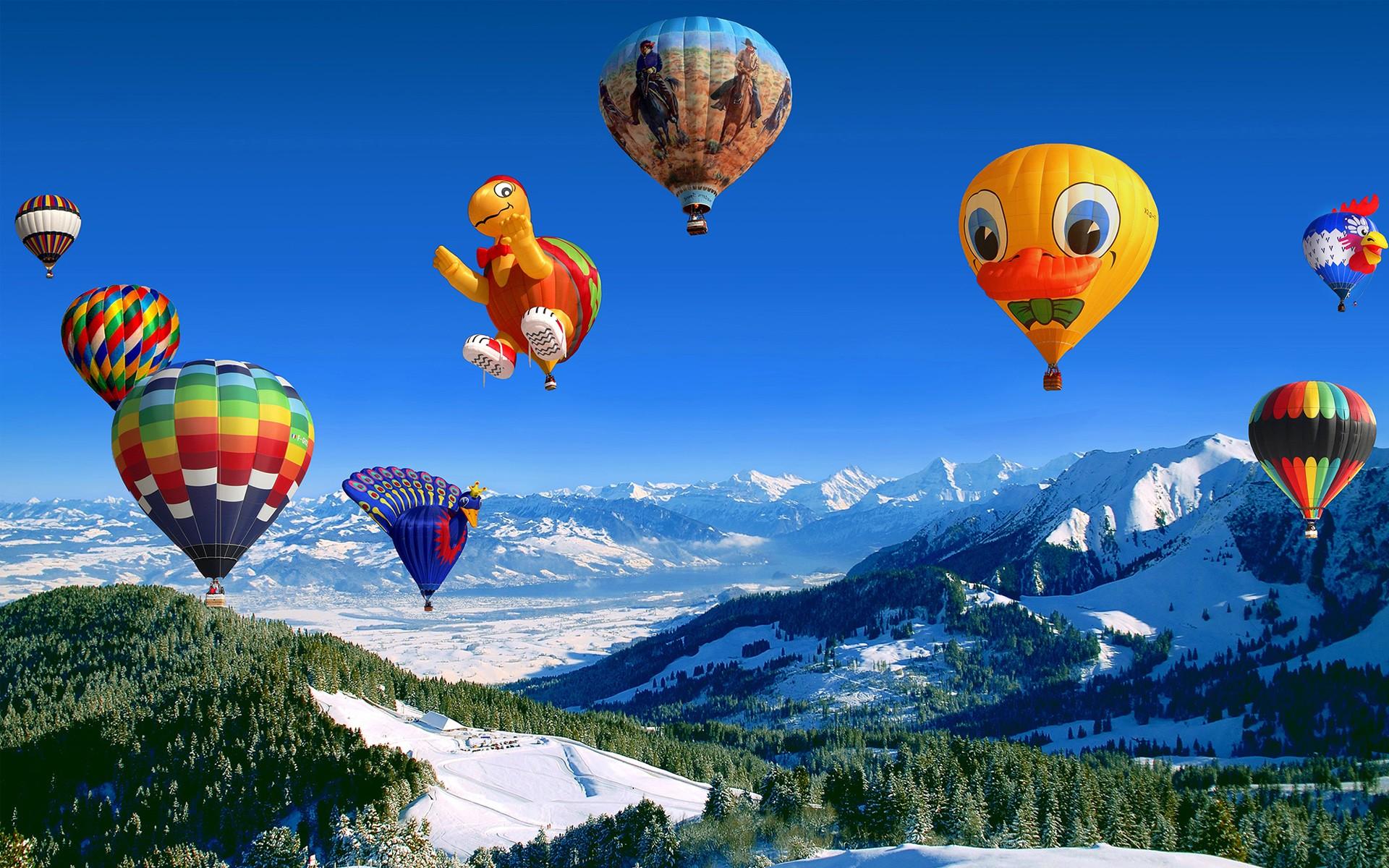 Hình ảnh khinh khí cầu bay trên những ngọn núi