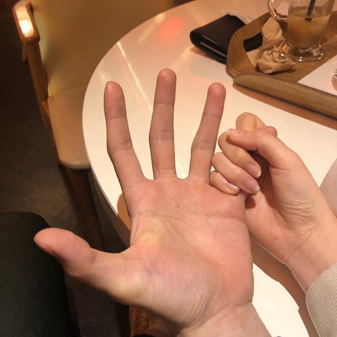 Ảnh nắm tay bạn gai