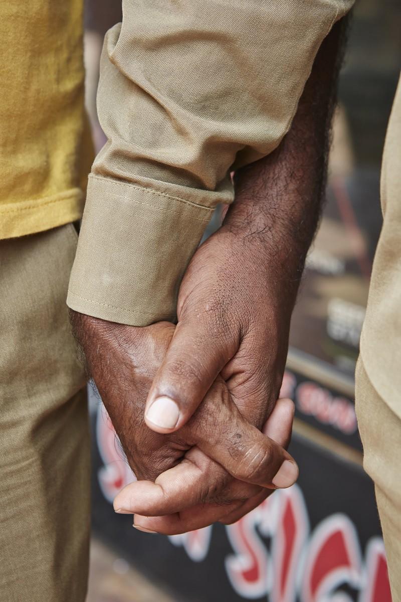 Hình ảnh nắm tay của cặp đôi