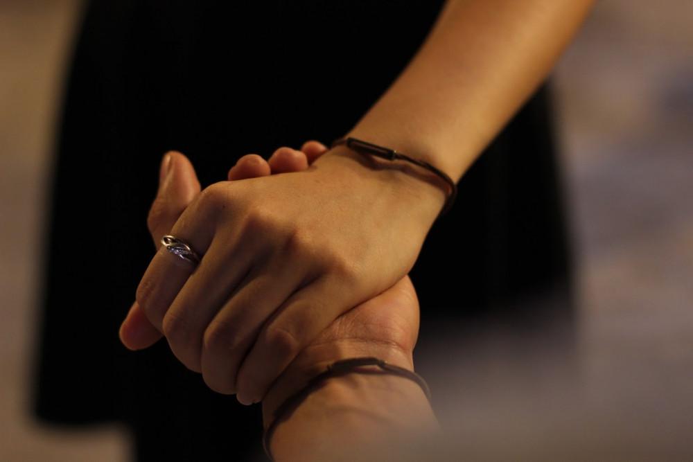 Hình ảnh nắm tay nhau giấu mặt