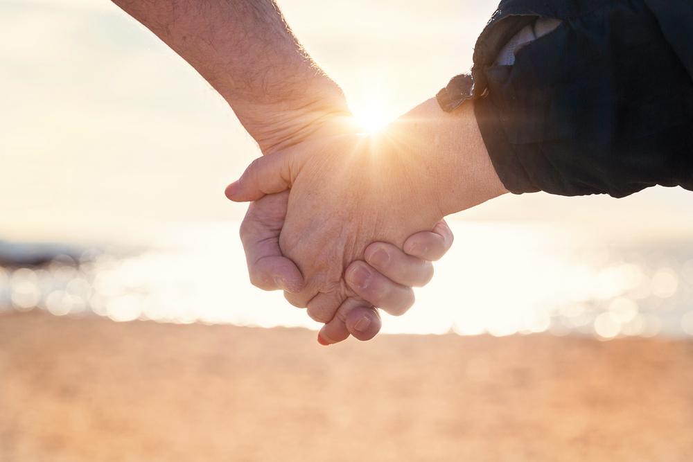 Hình ảnh nắm tay nhau hạnh phúc