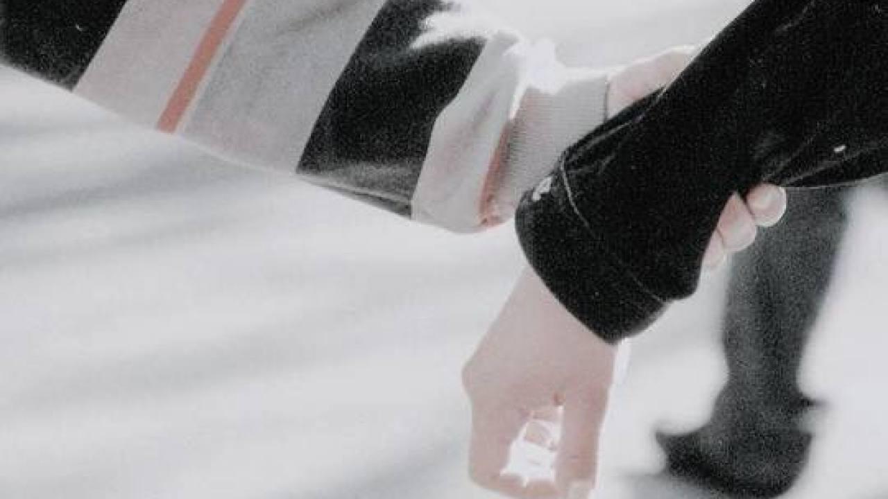 Hình ảnh nắm tay nhau lãng mạn