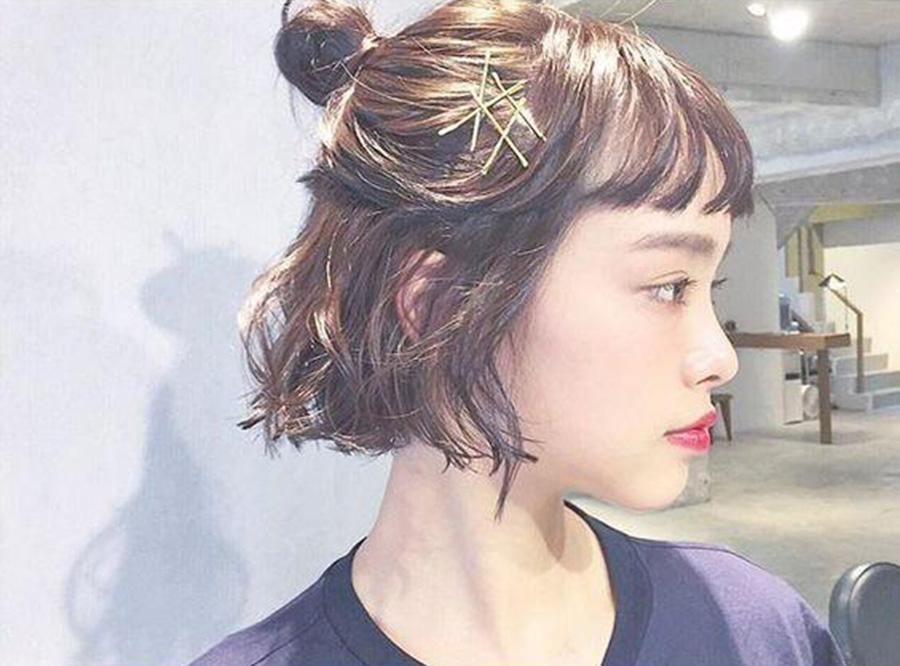 Kiểu buộc tóc ngang vai đơn giản nhất