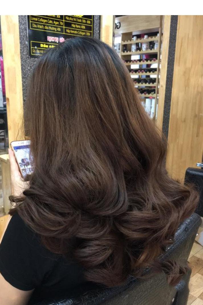Kiểu tóc dài ngang lưng uốn cúp đuôi