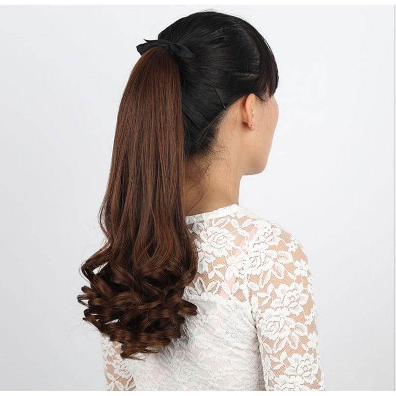 Kiểu tóc dài uốn xoăn nhẹ phần đuôi buộc đuôi ngựa