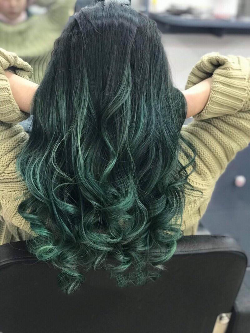 Kiểu tóc đen móc lai xanh dương