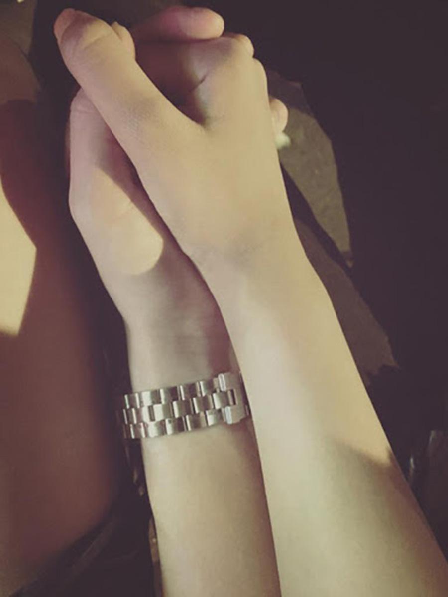 Nắm tay bạn gái hình ảnh đẹp nhất